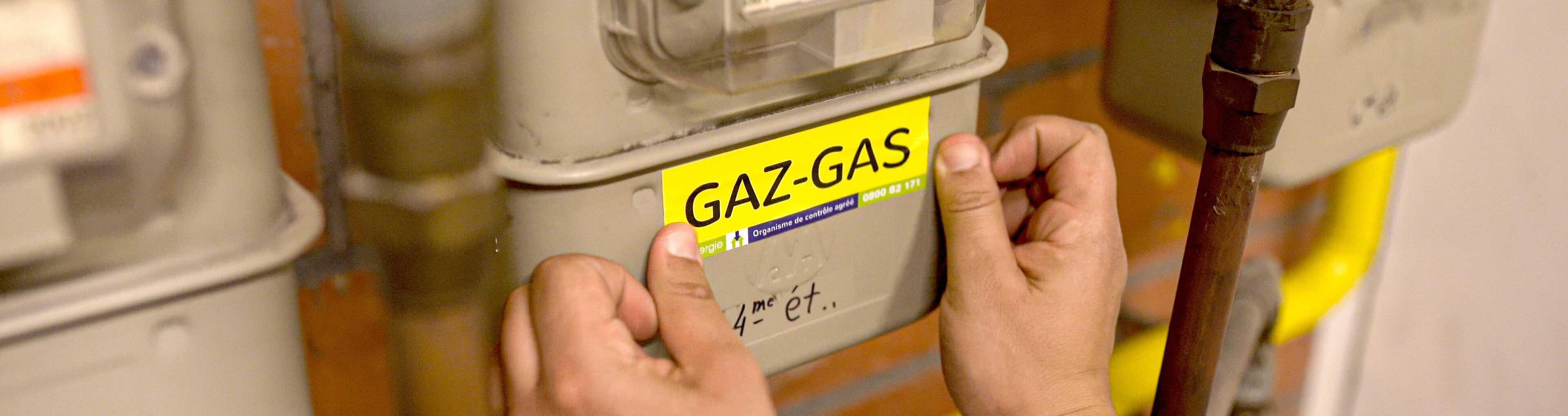 Photo d'un agent Certinergie contrôlant un compteur gaz