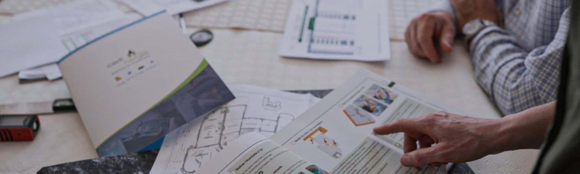 Auditeur Certinergie fournissant des explications au client sur les travaux projetés